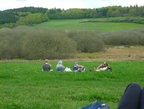 Rast auf der grünen Wiese mitten in der Eifel