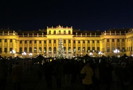 Der Weihnachtsmarkt vor dem Schloss Schönbrunn ist ein Highlight meiner Weihnachtsreise nach Wien. (Foto: Kultreiseblog)