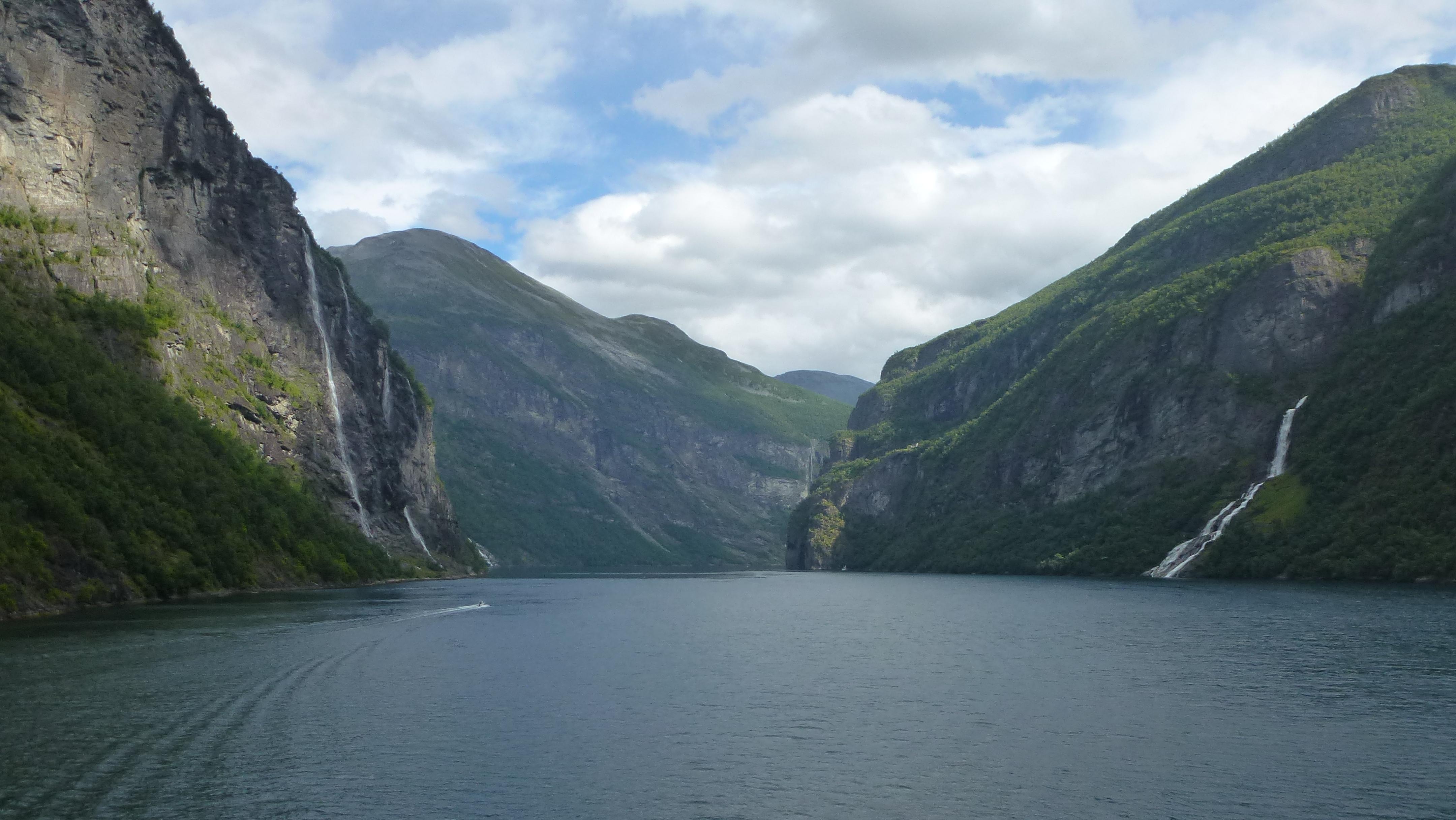 Fjord mit Wasserfällen