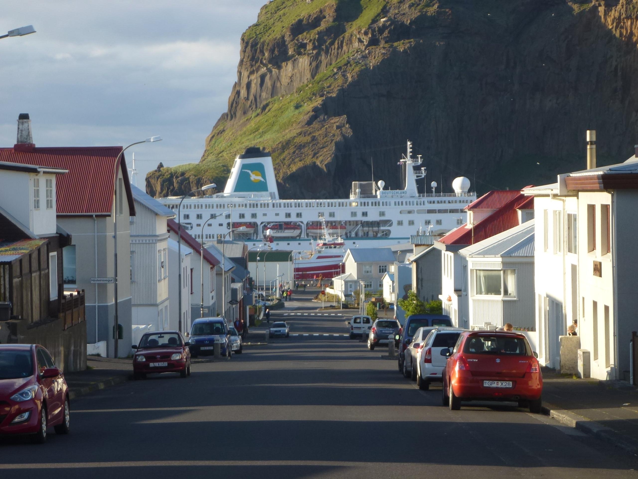 Heimaey mit Kreuzfahrtschiff
