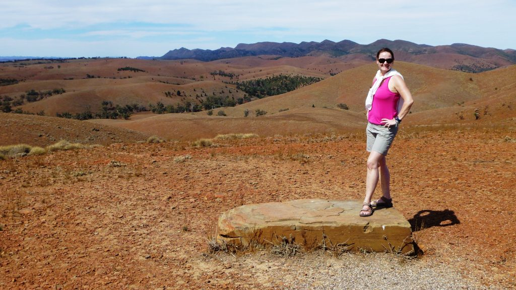 Simone vor unglaublicher Kulisse in den Flinders Ranges, Australien