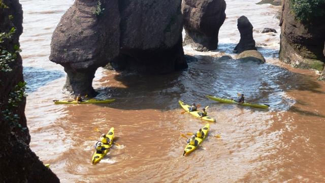 Während der Flut kann man mit dem Kanu zwischen den Felsen paddeln.