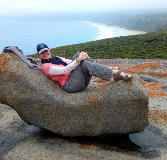 Simone liegt auf einem Remarkable Rock, Kangaroo Island