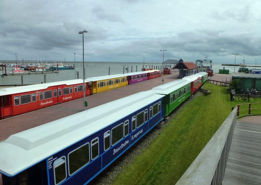 Die Inselbahn auf Langeoog fährt vom Fährhafen zum Ortskern