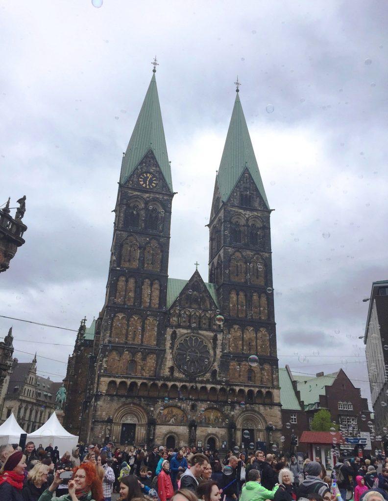 Seifenblasen Flashmob vor dem Dom in Bremen