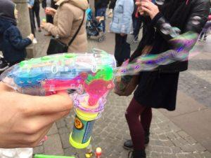 Seifenblasen wie aus der Pistole geschossen
