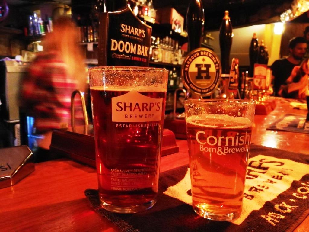 Bei einem Cornish Craf Beer im Pub kommt man schnell in Kontakt mit Einheimischen.