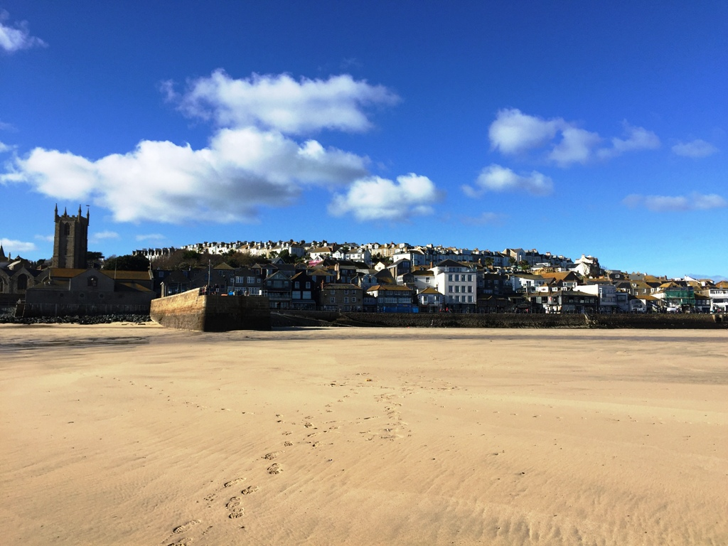 Sonniger November im idyllischen Hafen von St. Ives in Cornwall.