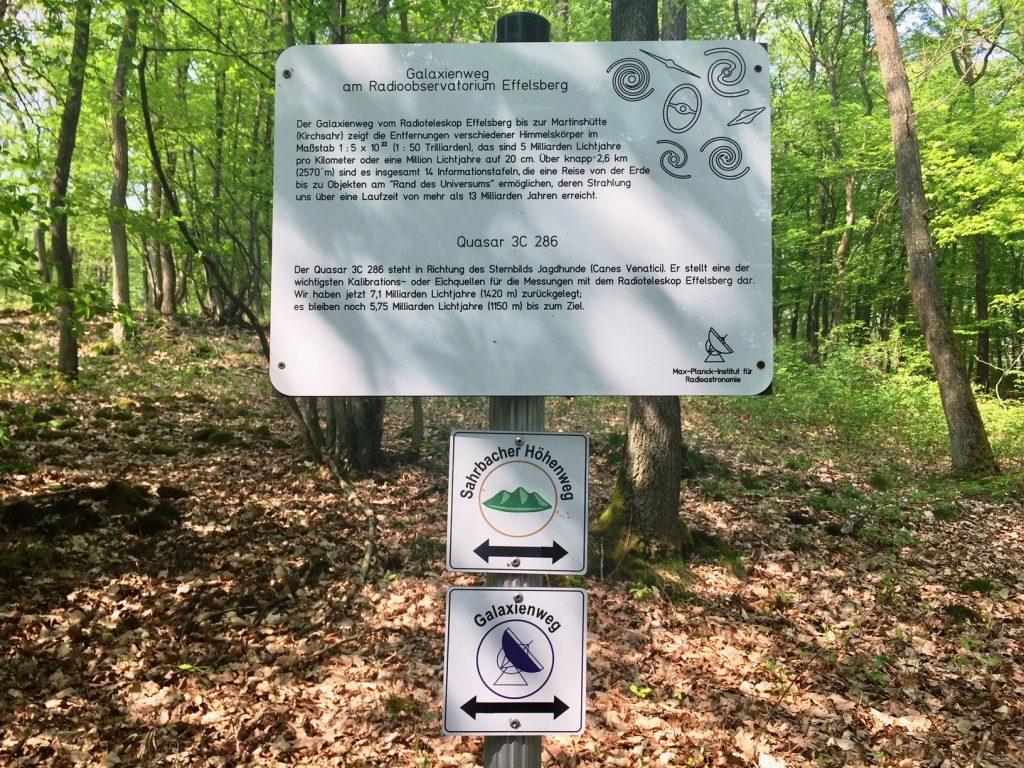 Kultding des Monats: Galaktische Schilder mit vielen Infos auf dem Sahrbachtal Höhenweg.