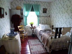 Ein süß eingerichtetes Schlafzimmer.