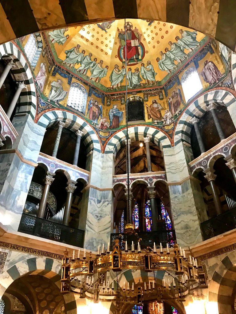 Der Kuppelbau ist das Highlight des Aachener Doms.