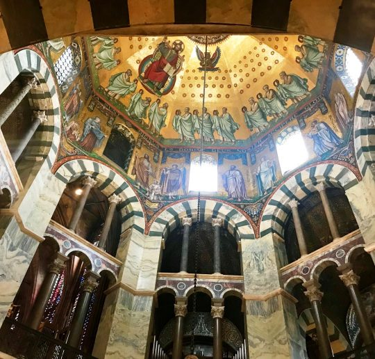 Der Blick zur Kuppel des Aachener Doms ist fantastisch.