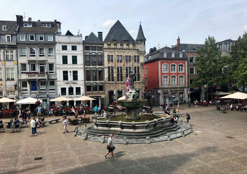 Von der Rathaustreppe in Aachen schaut man auf den schönen Marktplatz.