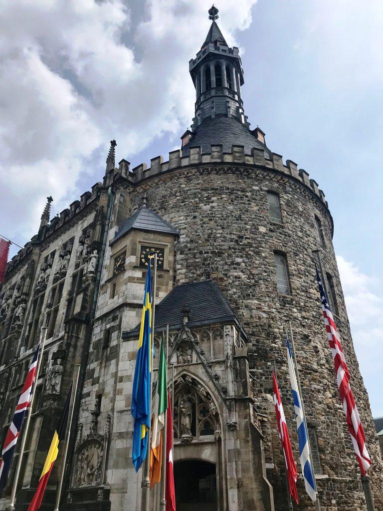 Das gotische Rathaus von Aachen aus dem 14. Jahrhundert ist beeindrucken.
