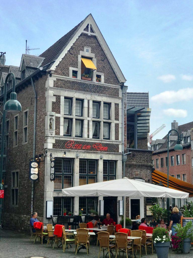 Historische Restaurants rund um das Aachener Rathaus.
