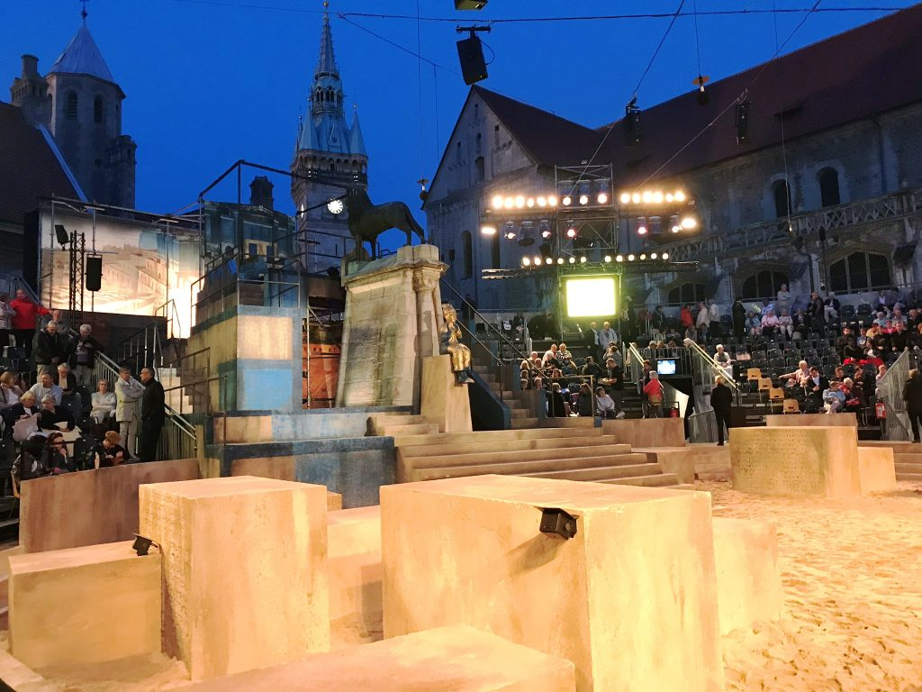 Die Arena für Nabucco vor historischer Kulisse auf dem Burgplatz in Braunschweig.