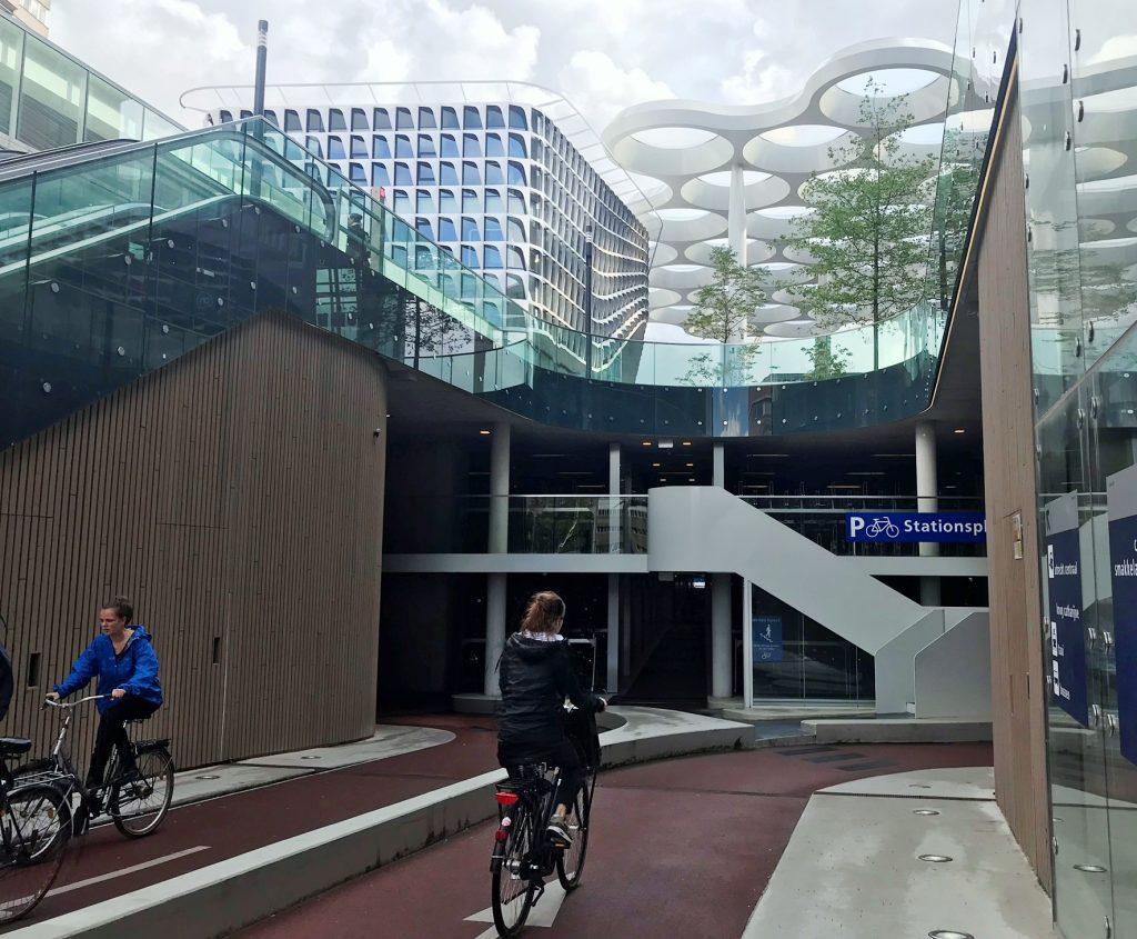 Ein- und Ausfahrt per Rad ins größte Fahrradparkhaus der Welt unter dem Bahnhof von Utrecht.