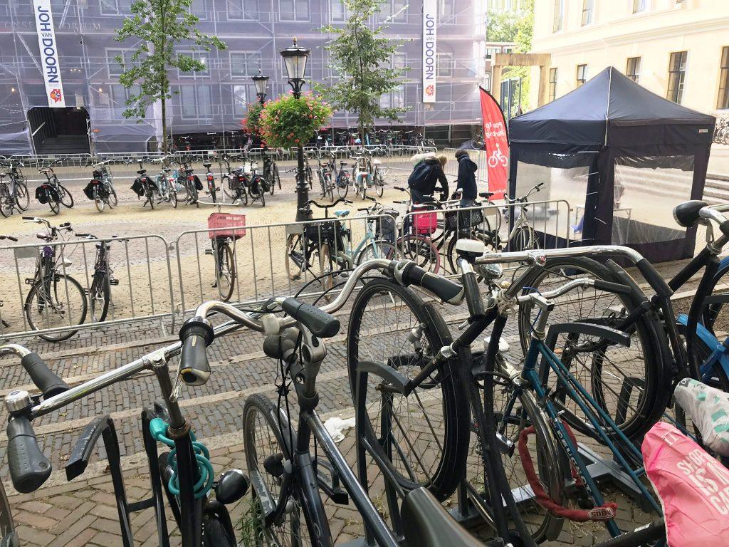 Zum Stadtbild in Utrecht gehören bewachte Parkplätze für Fahrräder. Foto: KULTREISEblog