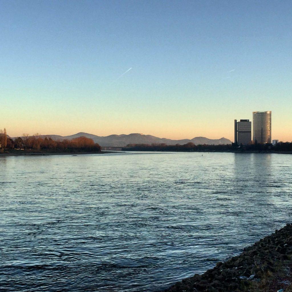 Mein Blick, wenn ich am Bonner Rheinufer vom Büro nach Hause radle. Einer der Glücksorte in Bonn (Foto: Kultreiseblog)