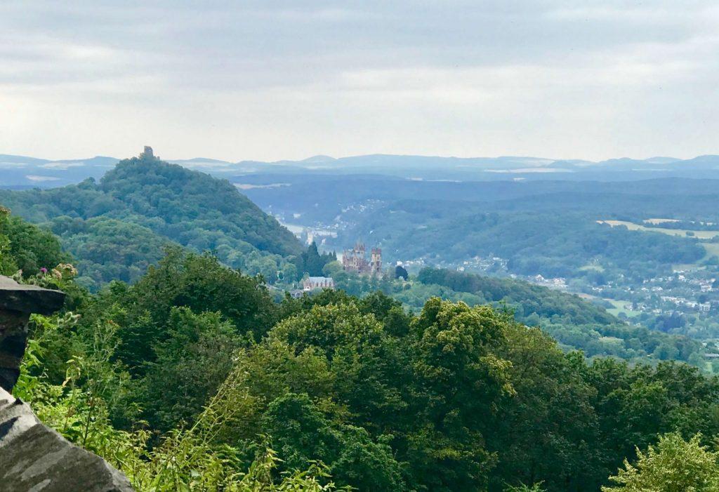 Was für eine Aussicht. Der Drachenfels und die Drachenburg gehören zu den Glücksorten rund um Bonn.