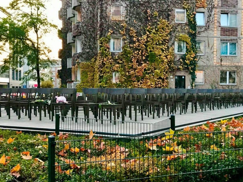 Die Metallstühle erinnern daran, dass hier einmal eine Synagoge stand. (Foto Simone Blaschke)