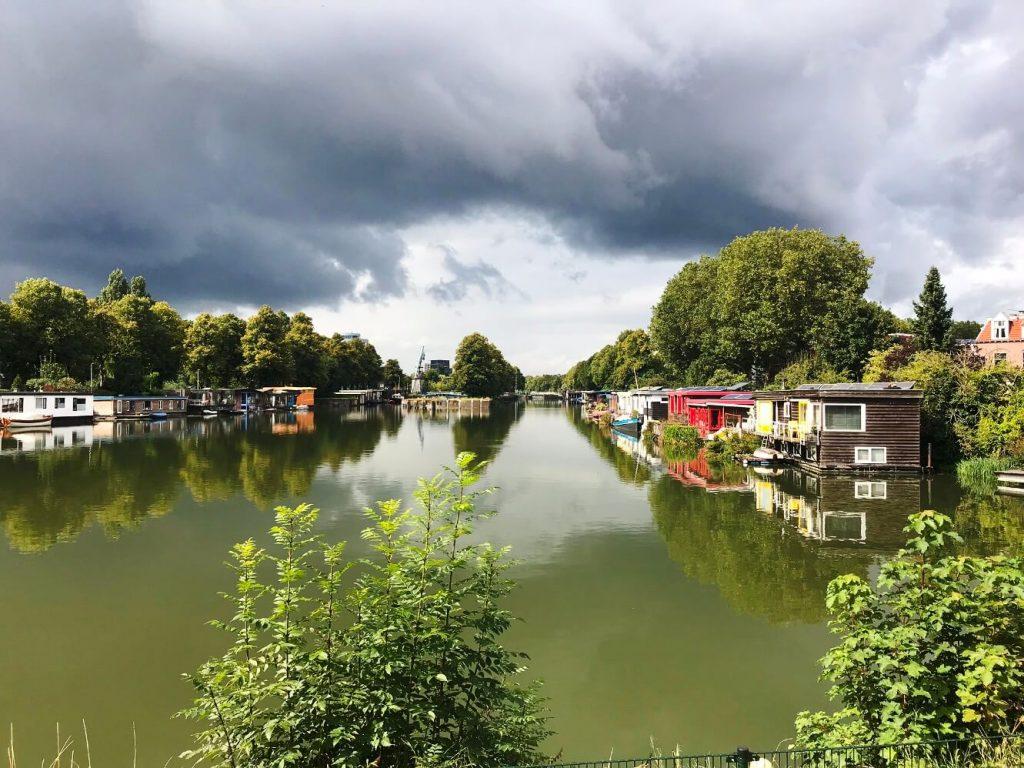 Eine ganze Siedlung von Hausbooten am Merwede-Kanal in Utrecht. (Foto Simone Blaschke)