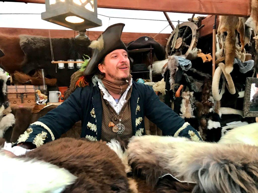 Ein Fellmacher bietet seine Ware feil auf dem Mittelalterlichen Weihnachtsmarkt in Siegburg (Foto Kultreiseblog)