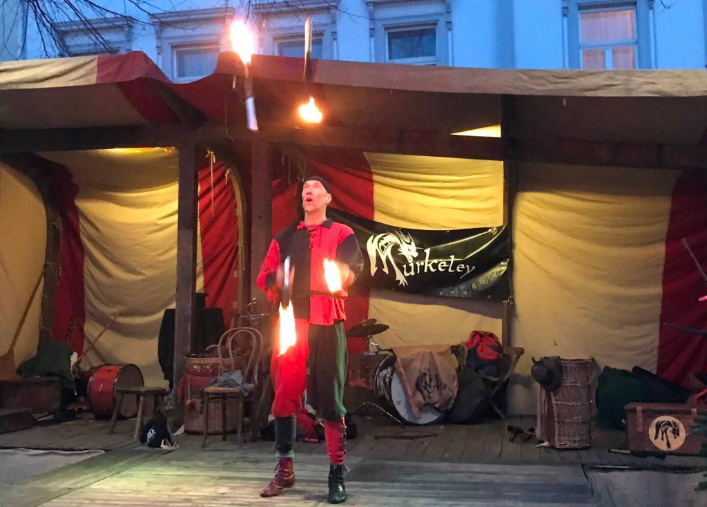 Gaukler Lupus spielt auf dem Siegburger Weihnachtsmarkt mit dem Feuer. (Foto Kultreiseblog)