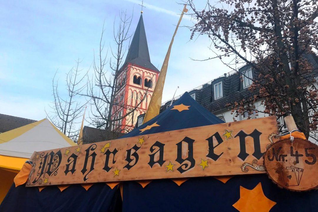 Die Zukunft wahrsagen lassen ist sehr beliebt auf dem Mittelalterlichen Weihnachtsmarkt in Siegburg (Foto Kultreiseblog)