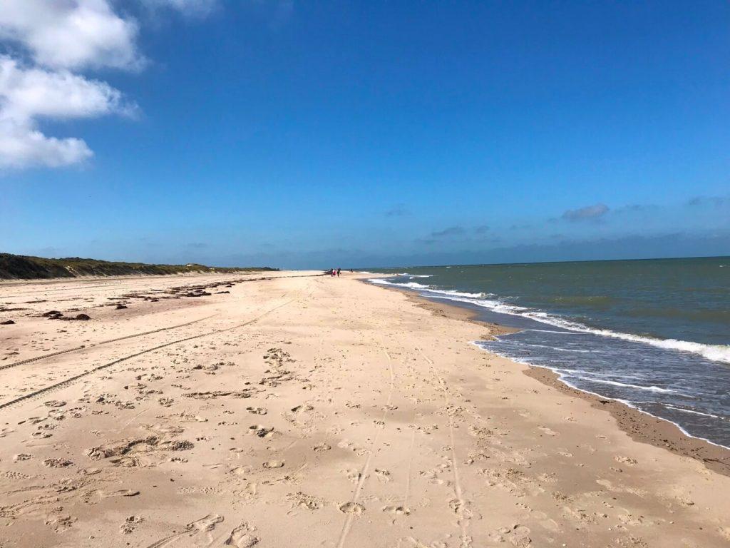 Am Strand zwischen Vrouwendpolder und Oostkapelle kannst du endlose Strandspaziergänge machen. (Foto KULTREISEblog)