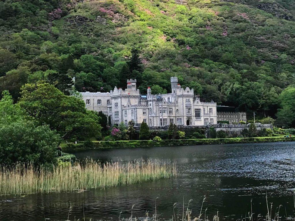 Das viktorianische Kloster Kilemore Abbey solltest du auf deiner Irland-Reise unbedingt besuchen. (Foto KULTREISEblog)