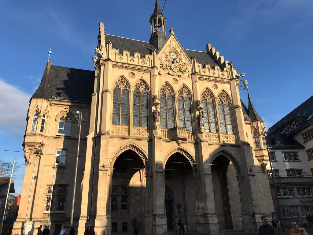 Das imposante Rathaus von Erfurt steht am Fischmarkt. (Foto KULTREISEblog)