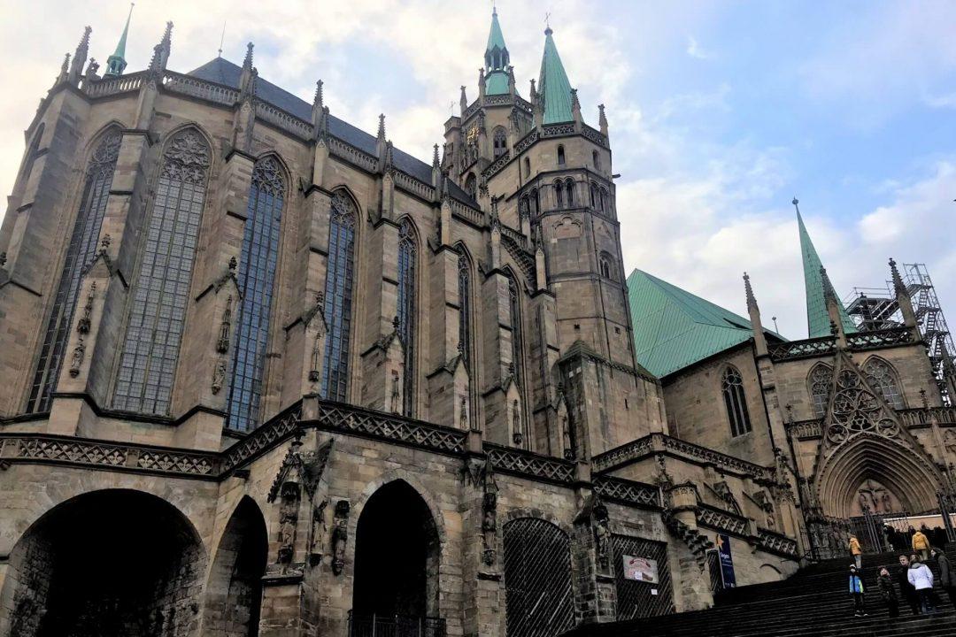 Der Erfurter Dom ist ein monumentaler Bau mitten in der Innenstadt von Erfurt.