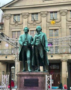 Goethe Schiller Denkmal vor dem Rathaus in Weimar.