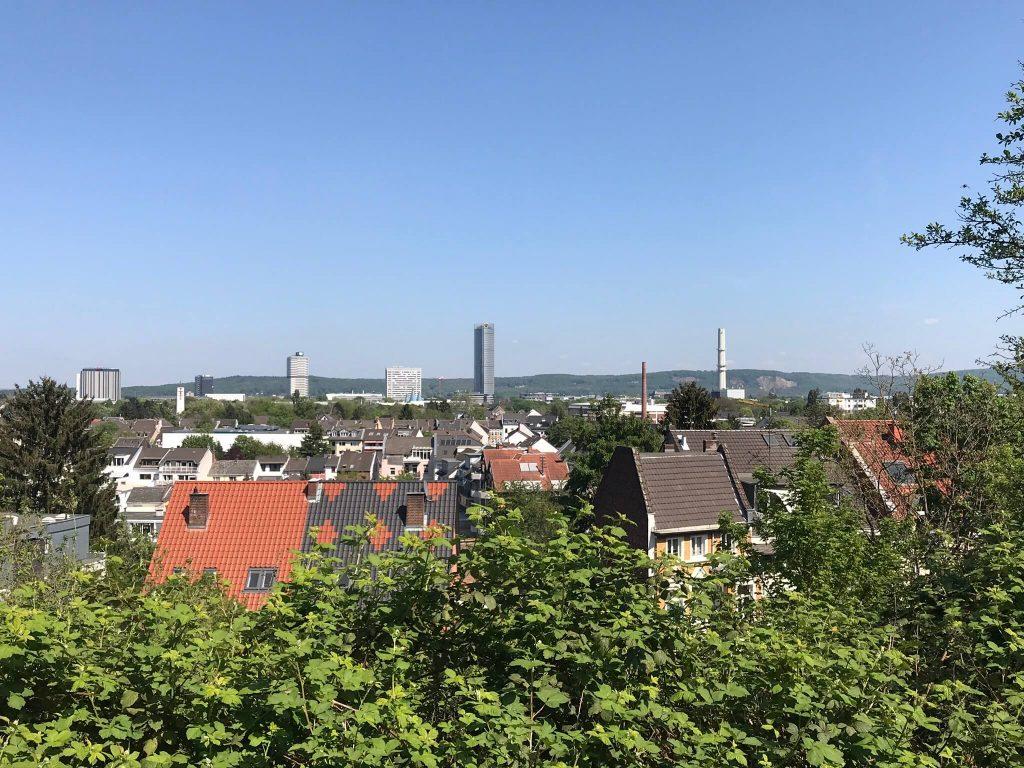 Weiter Blick vom Bonner Stadtwald Venusberg auf Bonn. Im Hintergrund in der Mitte gut sichtbar der Posttower. (Foto Kultreiseblog)