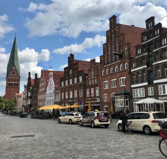 Am Sande in Lüneburg, eine Straße mit wunderbaren alten Giebelhäusern.