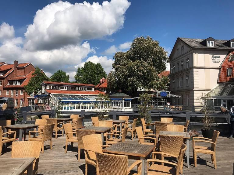 """Blicke auf das Hotel Drei Könige aus der Serie """"Rote Rosen""""."""