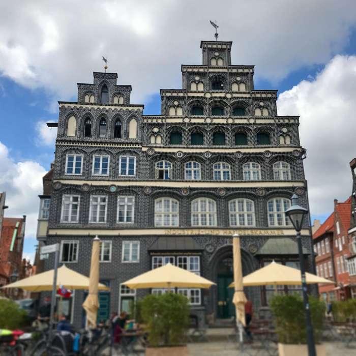 Hingucker in der Altstadt von Lüneburg: In diesem doppelgiebeligen Haus ist heute die IHK untergebracht.