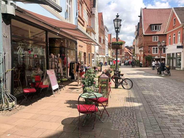 Die Altstadtgassen von Lüneburg mit ihren schönen Geschäften und Cafés. (Foto Kultreiseblog)