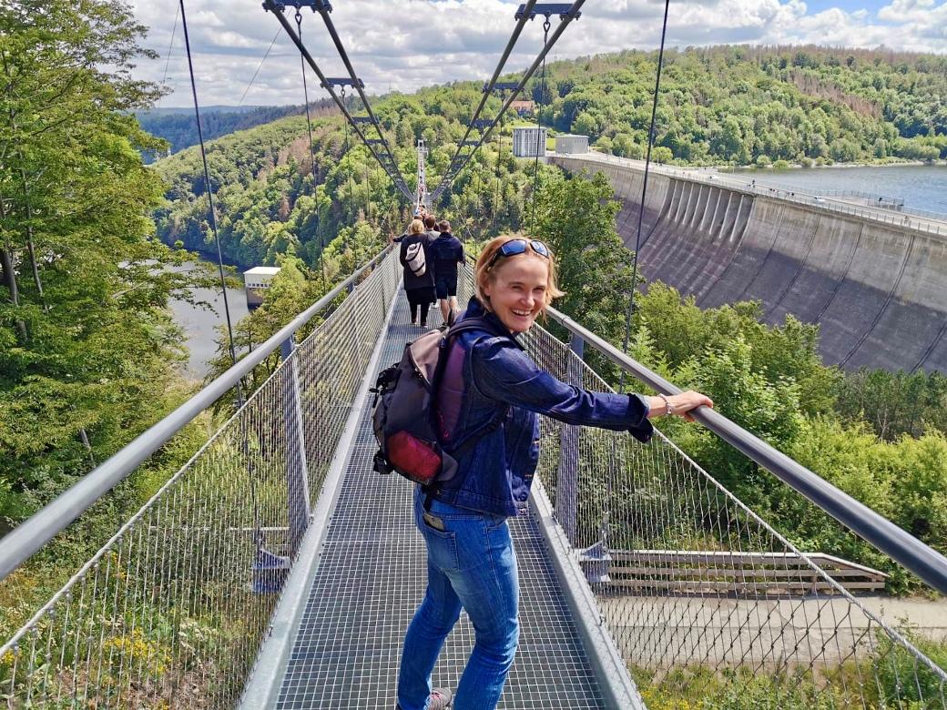 Auf der Hängebrücke 450 Meter über der Rappbodetalsperre im Harz im August 2020. (Foto Kultreiseblog)