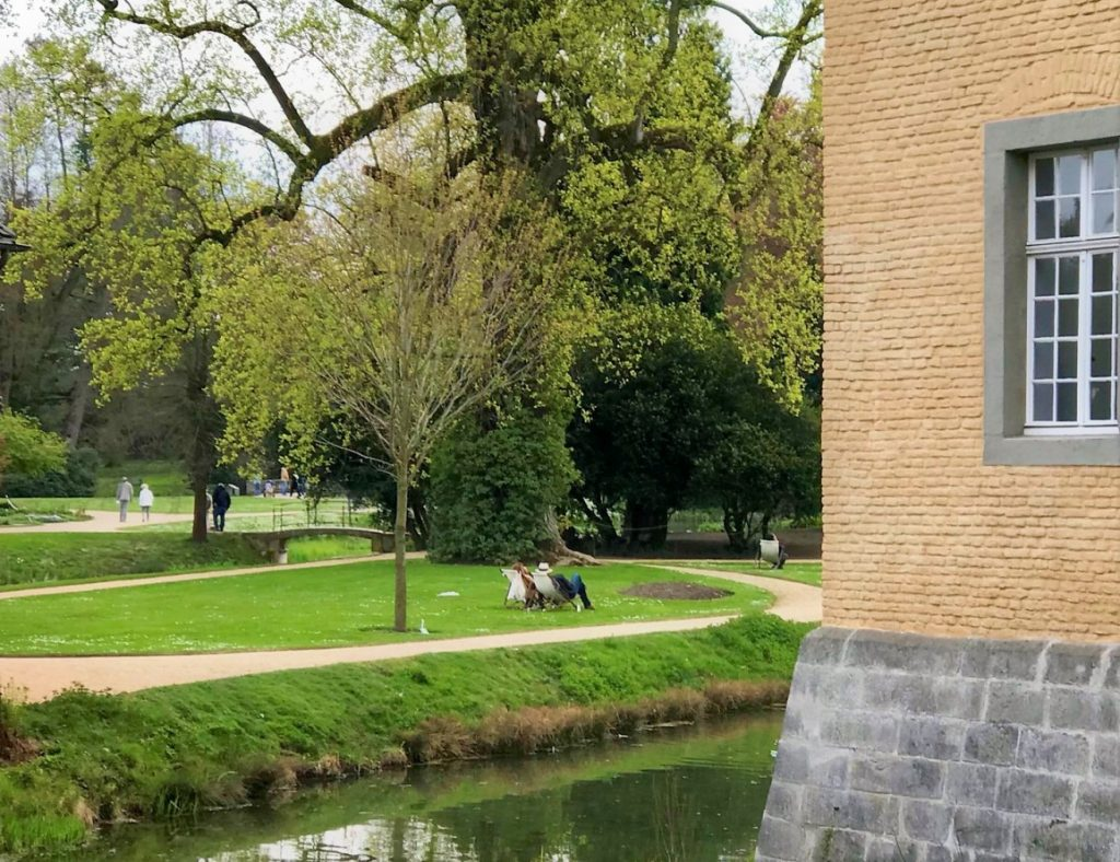 Ruheliegen im Schlosspark Dyck.